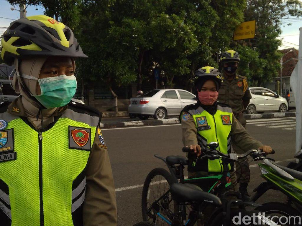 Cerita Petugas Satlinmas Perempuan di Cirebon Berptroli di Tengah Corona