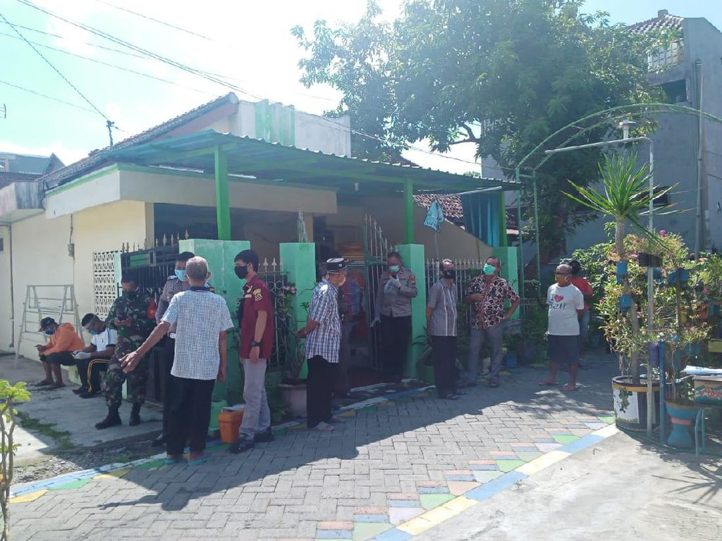 Petugas Ber-APD Evakuasi Warga Lamongan yang Ditemukan Meninggal di Rumah