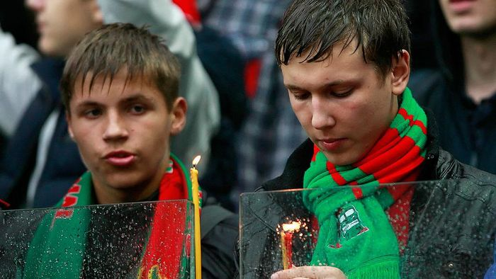 MOSCOW, RUSSIA - SEPTEMBER 10: Fans of FC Lokomotiv Moscow light candles as they pay their respects to the victims of a plane crash carrying Russian hockey team Lokomotiv Yaroslavl during the Russian Premier League match between FC Lokomotiv Moscow and FC Zenit St. Petersburg at the Lokomotiv Stadium on September 10, 2011 in Moscow, Russia.  (Photo by Dmitry Korotayev/Epsilon/Getty Images)