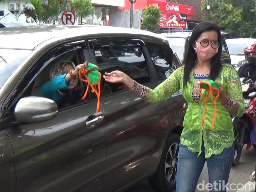 Peringati Hari Kartini, Pegiat Wanita Pacitan Bagikan Masker Gratis