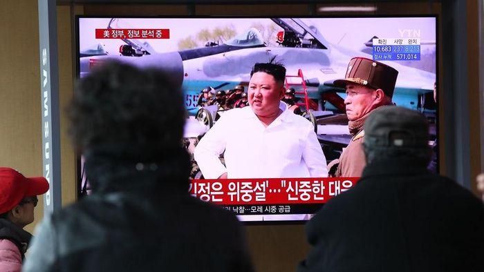 Rumor soal menurunnya kondisi Kim Jong-Un beredar. Orang nomor satu di negara komunis itu dikabarkan menjalani operasi terkait kardiovaskular.