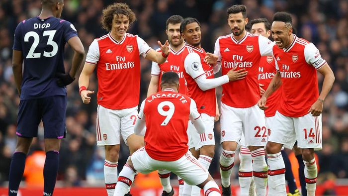 LONDON, ENGLAND - MARCH 07: Alexandre Lacazette of Arsenal celebrates with teammates after scoring his teams first goal which was awarded after a VAR review during the Premier League match between Arsenal FC and West Ham United at Emirates Stadium on March 07, 2020 in London, United Kingdom. (Photo by Julian Finney/Getty Images)