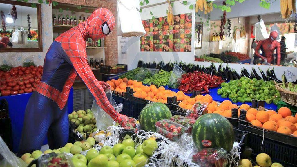Potret Spiderman Turki yang Berbagi Kekuatan di Tengah Pandemi
