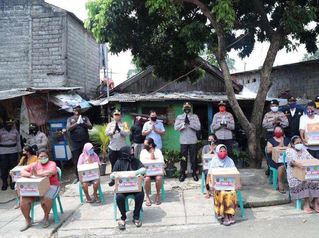 Door to Door, Humas Polri Bagi 1.000 Paket Sembako ke Warga Jaksel