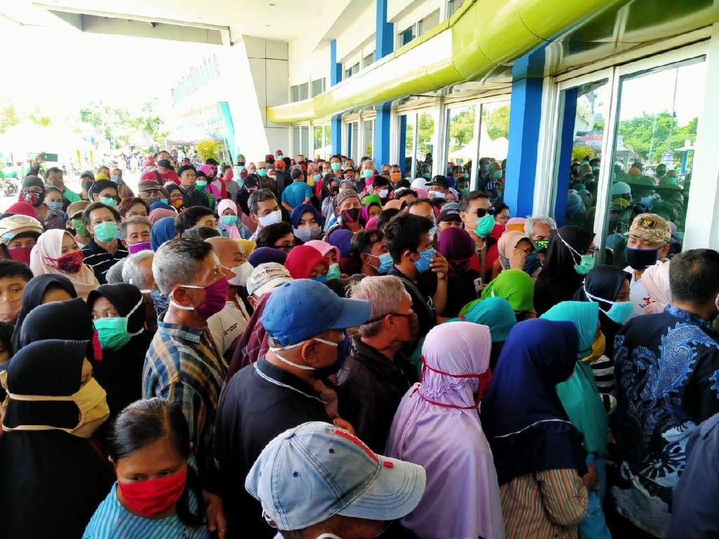 Termakan Hoaks Sembako Gratis, Warga Berdesakan di Lumbung Pangan Jatim