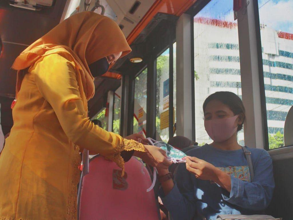 Hari Kartini, Sopir Bus Suroboyo Bagi-bagi Masker Pakai Kebaya