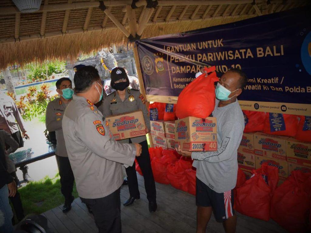 Polda Bali Distribusikan Sembako untuk Pelaku Wisata Bali