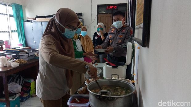 Kapolsek Bawang, Banjarnegara SS Udiyono rutin masak untuk nakes saat pandemi Corona, Selasa (21/4/2020).