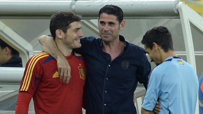 Spains goalkeeper Iker Casillas (L) is greeted by retired footballer and former Spanish captain Fernando Hierro (C) as midfielder Jesus Navas smiles just before the start of a training session at the Maracana stadium in Rio de Janeiro, on June 29, 2013 on the eve of the final of the FIFA Confederations Cup Brazil 2013 against Brazil. AFP PHOTO / LLUIS GENE (Photo by LLUIS GENE / AFP)