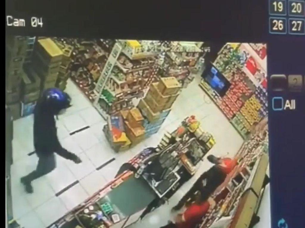Perampok Bercelurit Terekam CCTV, Gasak Uang di Minimarket Subang