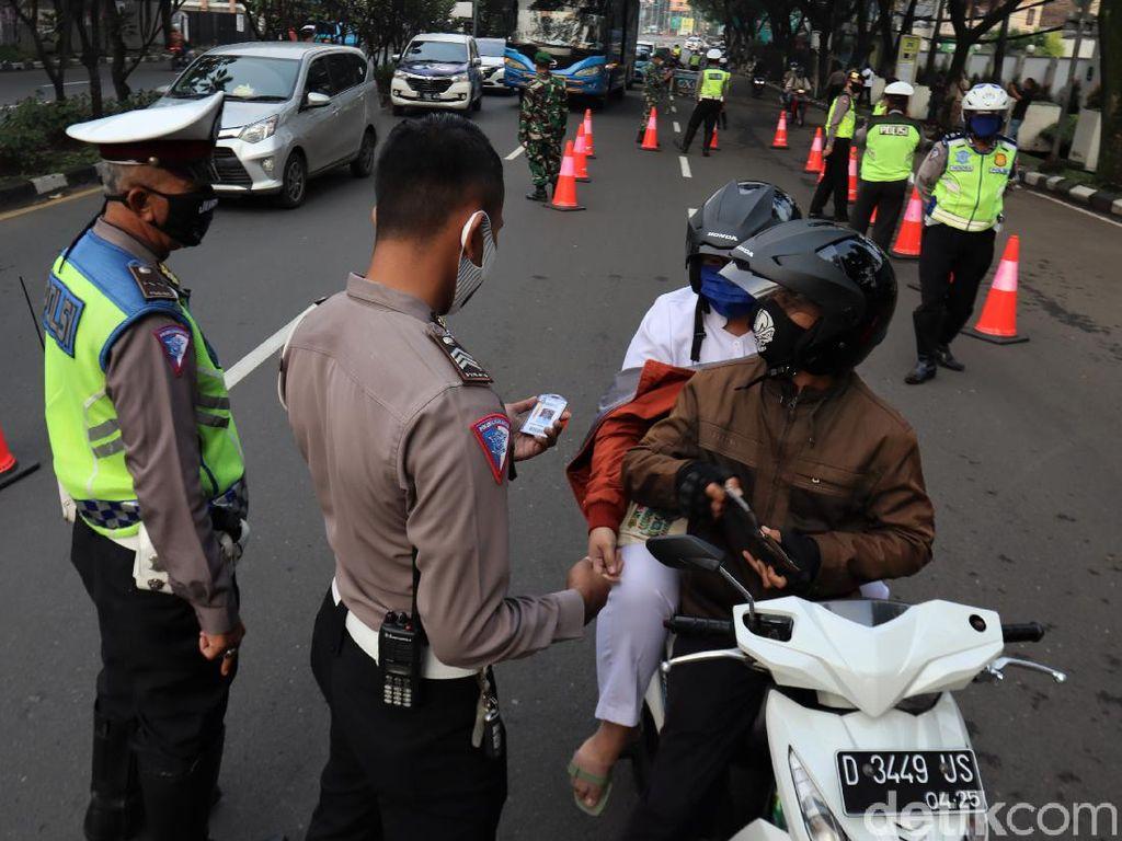 Petugas Bersiaga Pantau Warga di Hari Pertama PSBB Kota Bandung