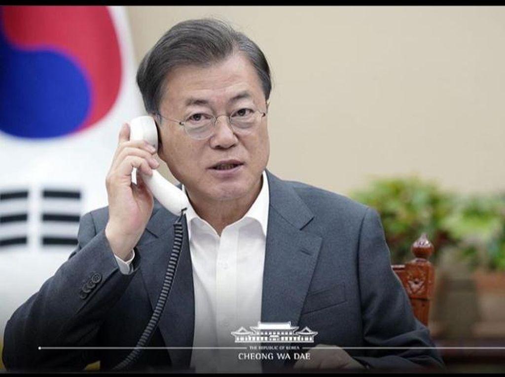 Momen Presiden Korsel Moon Jae-in Disuntik Vaksin AstraZeneca