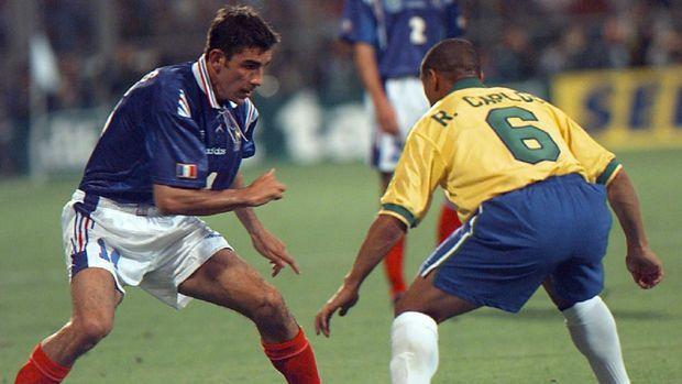 Roberto Carlos menjaga Robert Pires pada Tournoi de France 1997.