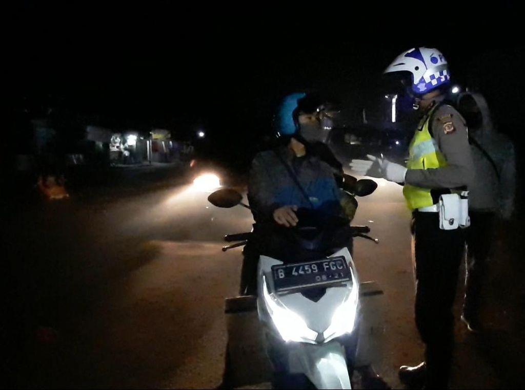 PSBB Sumedang Mulai Diterapkan, Petugas Tertibkan Pengendara di Jatinangor