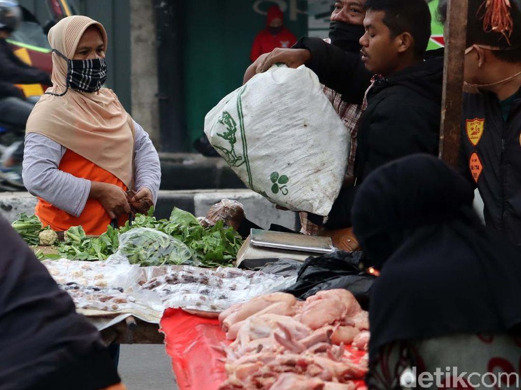 Pasar Cicaheum Bandung juga Ramai di Hari Pertama PSBB