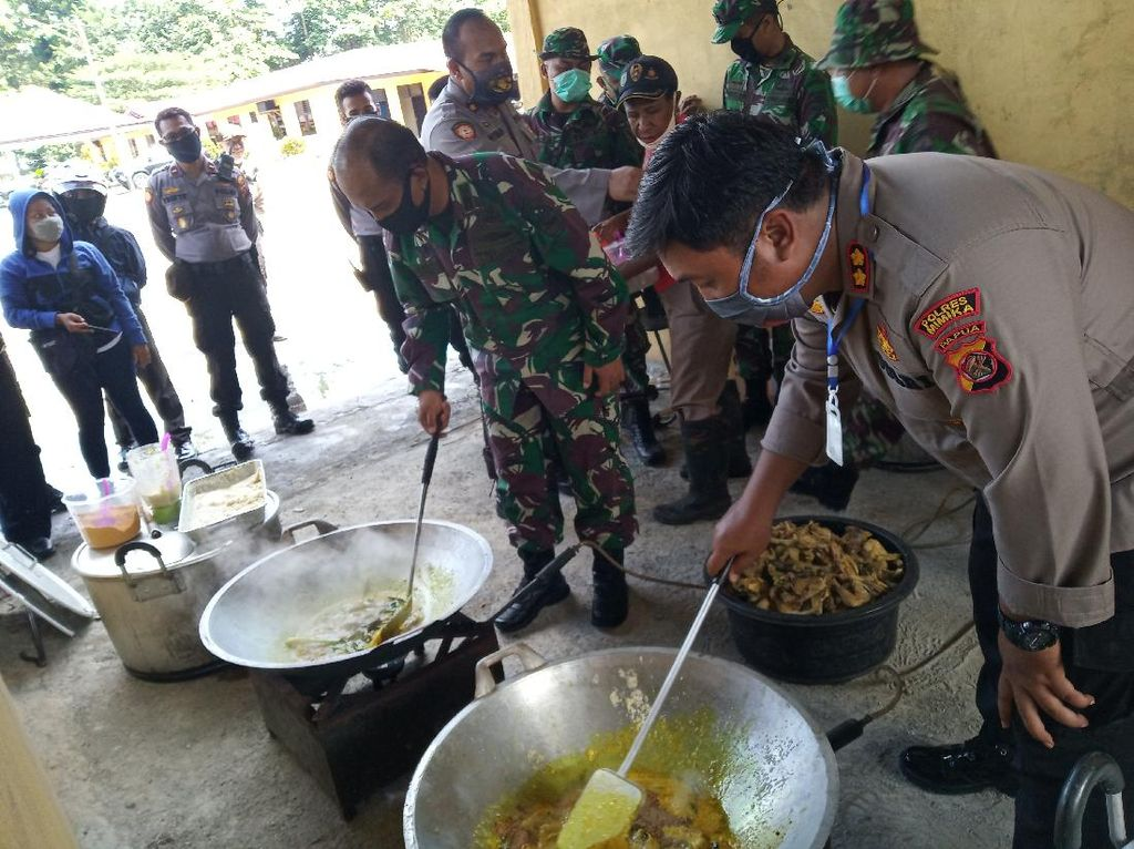 Pendemi Corona, Polri-TNI Bagikan Makanan Siap Saji ke Warga di Timika