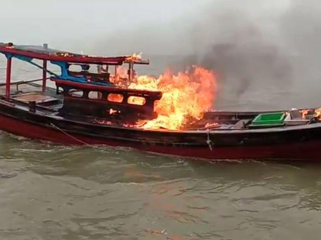 Nelayan Riau Bakar Kapal yang Pakai Jaring Pukat Harimau