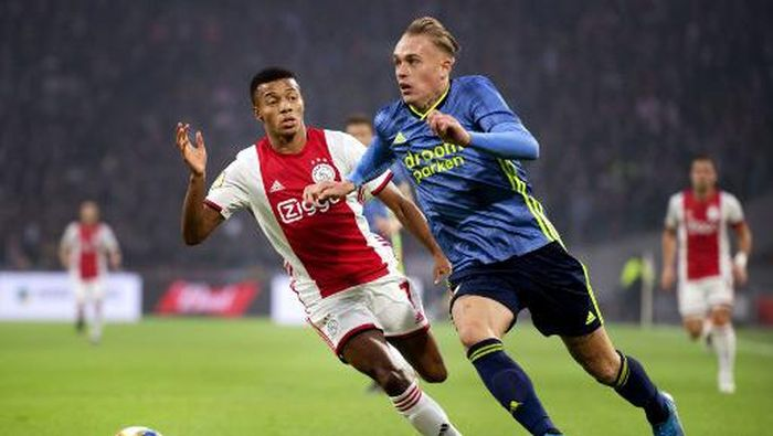 Ajaxs Brazilian forward David Neres (L) vies with Feyenoords Dutch defender Rick Karsdorp during the Dutch Eredivisie football match between Ajax Amsterdam and Feyenoord Rotterdam at the Johan Cruijff Arena in Amsterdam on October 27, 2019. (Photo by Olaf KRAAK / ANP / AFP) / Netherlands OUT