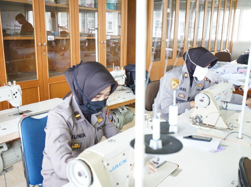 BLK Padang Latih Polwan Polda Sumbar Bikin Masker