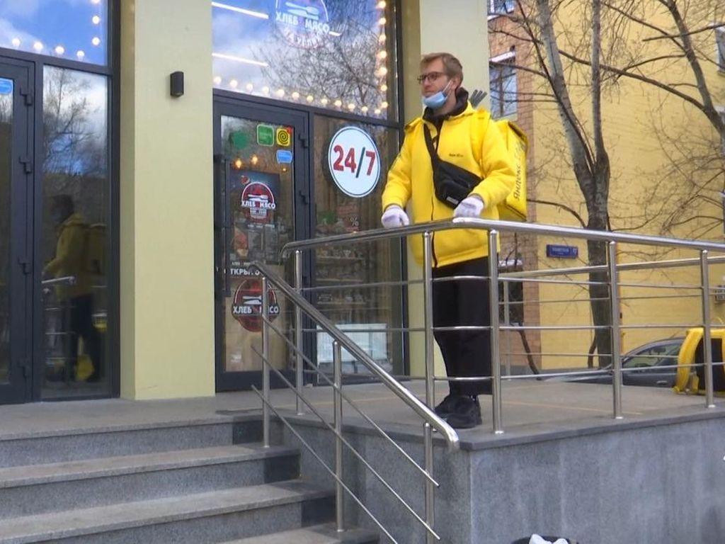 Bosan di Rumah, Pengusaha Tajir di Rusia Jadi Kurir Makanan