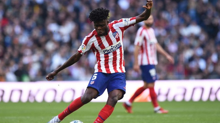 MADRID, SPAIN - FEBRUARY 01: Thomas Partey of Atletico Madrid crosses the ball during the Liga match between Real Madrid CF and Club Atletico de Madrid at Estadio Santiago Bernabeu on February 01, 2020 in Madrid, Spain. (Photo by Denis Doyle/Getty Images)