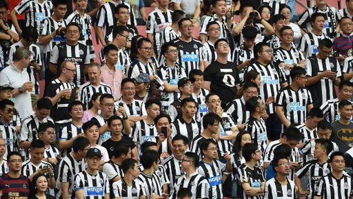 Newcastle United fans look on during their match for third place against West Ham United in the 2019 Premier League Asia Trophy football tournament at the Hongkou Stadium in Shanghai on July 20, 2019. (Photo by HECTOR RETAMAL / AFP)