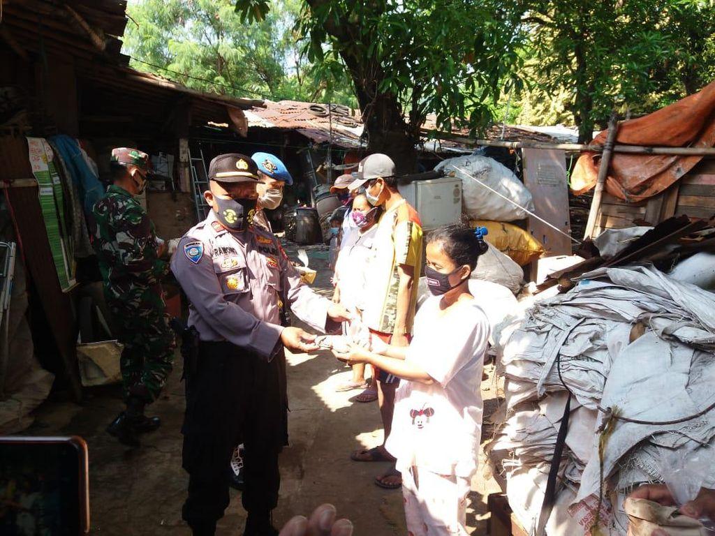 Saat TNI-Polisi Pondok Aren Blusukan ke Lapak Pemulung Bagikan Nasi Bungkus