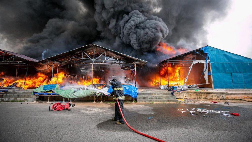 Penampakan Kobaran Api Melalap Pasar Seken Taras Batam