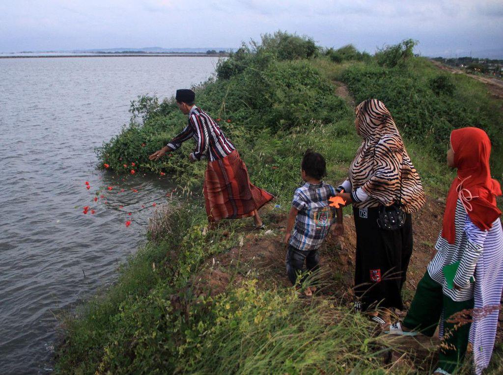 Ziarah Makam yang Tenggelam Imbas Lumpur Lapindo