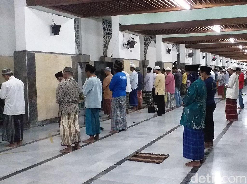 Masjid Ampel Surabaya Tetap Gelar Salat Tarawih, Jarak Antar Jemaah 1 Meter