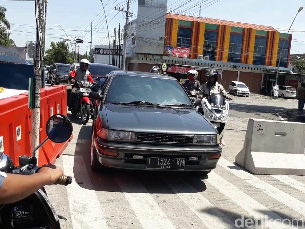 Hari Pertama PSBB di Tegal, Kendaraan Masih Bisa Menerobos Barikade