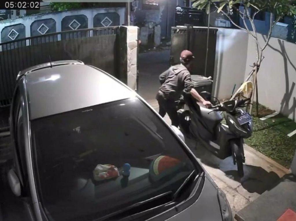 Terekam CCTV, Dua Pria Curi Motor di Pondok Aren Tak Sampai 3 Menit