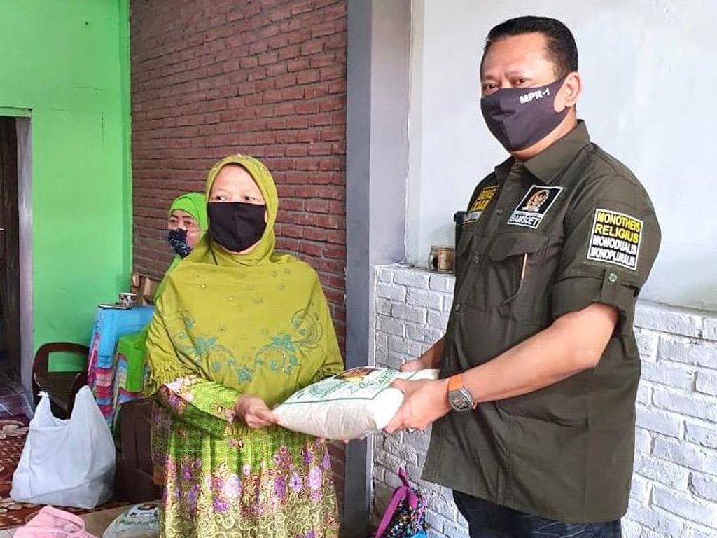Ketua MPR Bagikan Bantuan ke 360 Guru Ngaji Terdampak Corona di DKI