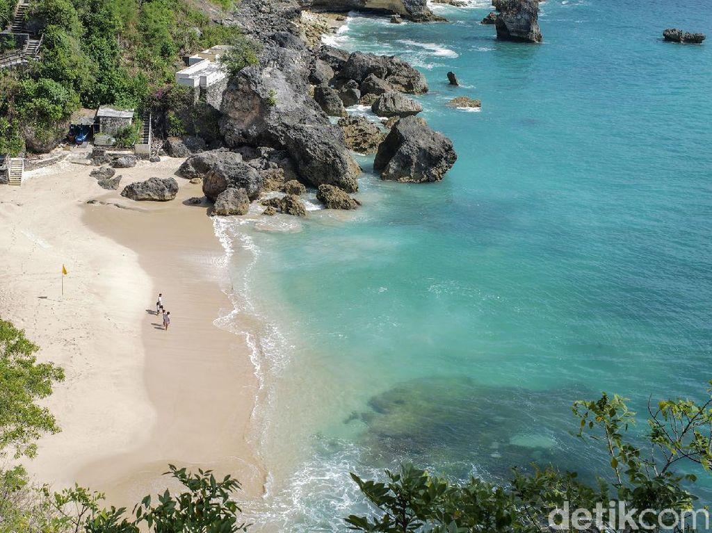 Terpukau Indahnya Pantai Kubu di Balik Batu Karang Nusa Dua