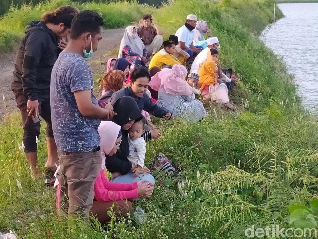 Meski Corona Mewabah, Warga Tetap Ziarah Kubur di Lumpur Sidoarjo