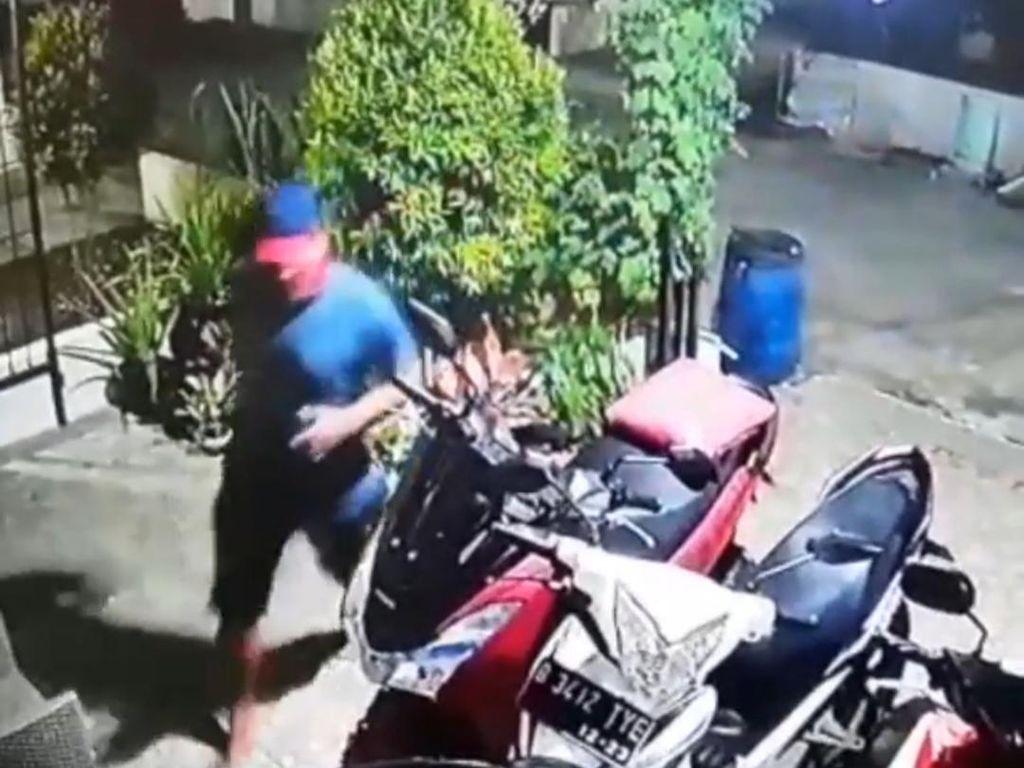 Terekam CCTV, Pria Kekar Curi 4 Sepeda dan 1 Helm di Bekasi