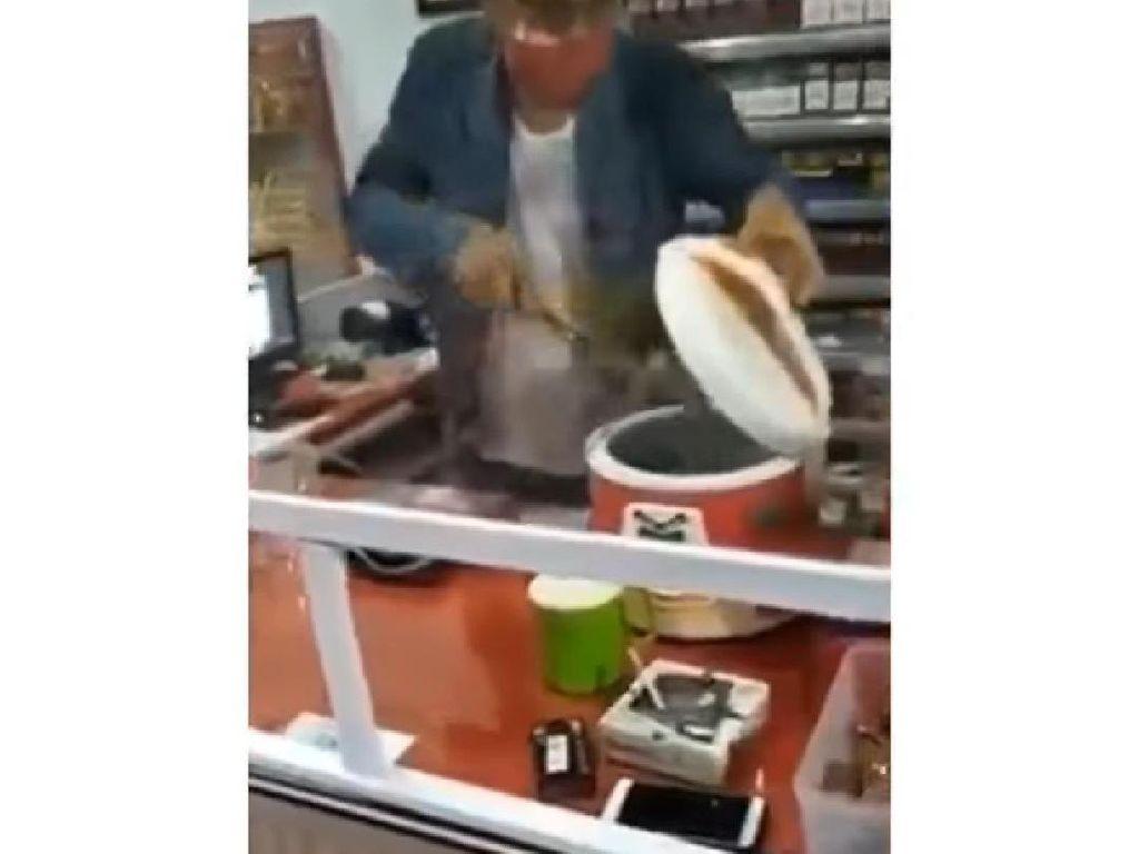 Pemilik Warung Ini Gunakan Saringan dan Rice Cooker Untuk Cegah Corona