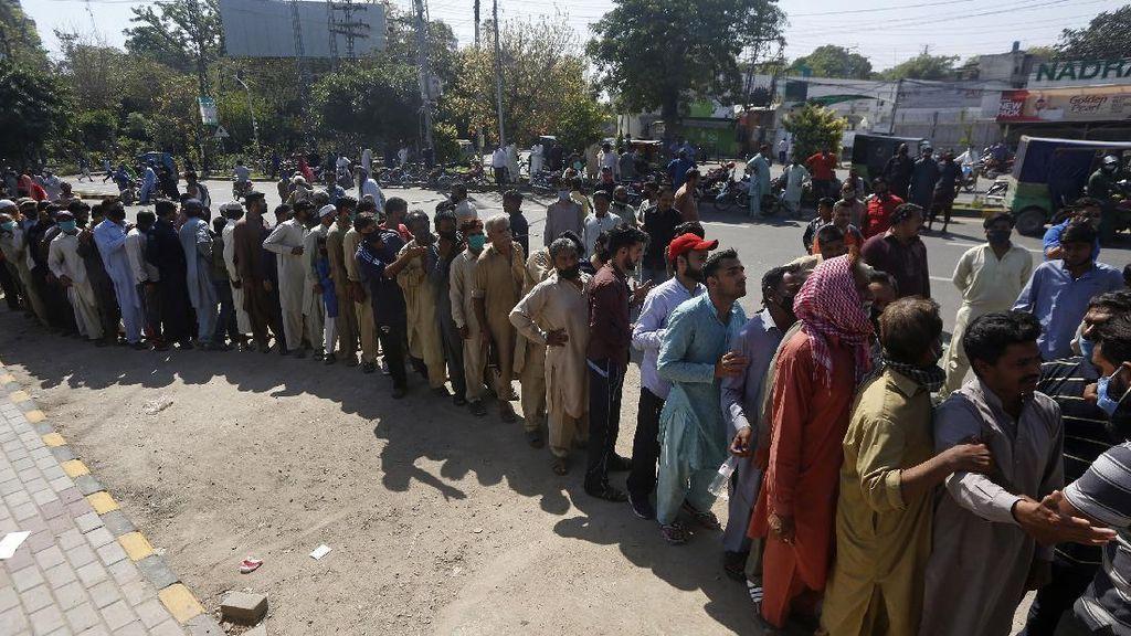 Antrean Panjang Warga Pakistan Menanti Bantuan