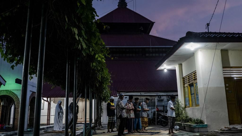 Ups! Masjid Ditutup, Warga Salat Tarawih di Halaman