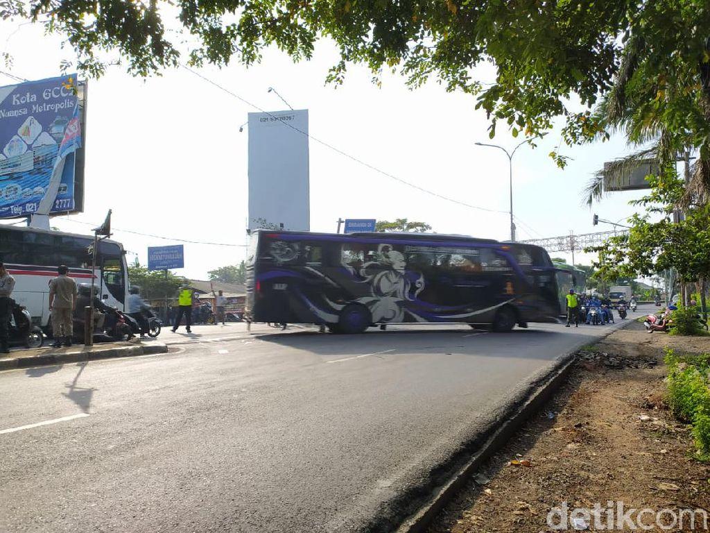 Bus AKAP Disuruh Putar Balik di Perbatasan Bekasi-Karawang