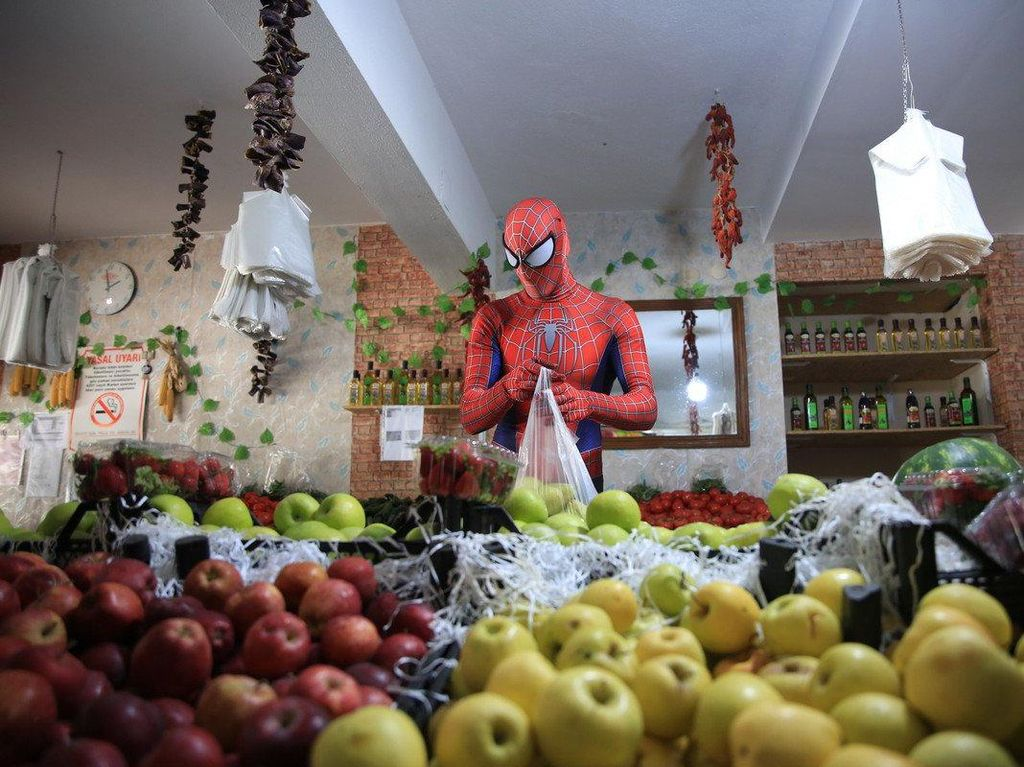Spiderman Kirim Sayuran hingga Donat, Aksi Kebaikan yang Bikin Senyum