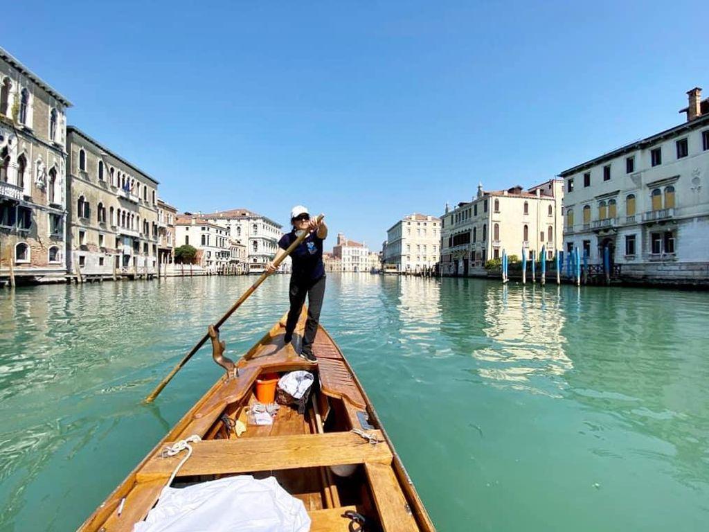 Gondola di Venesia Beroperasi Lagi Antar... Makanan untuk Lansia