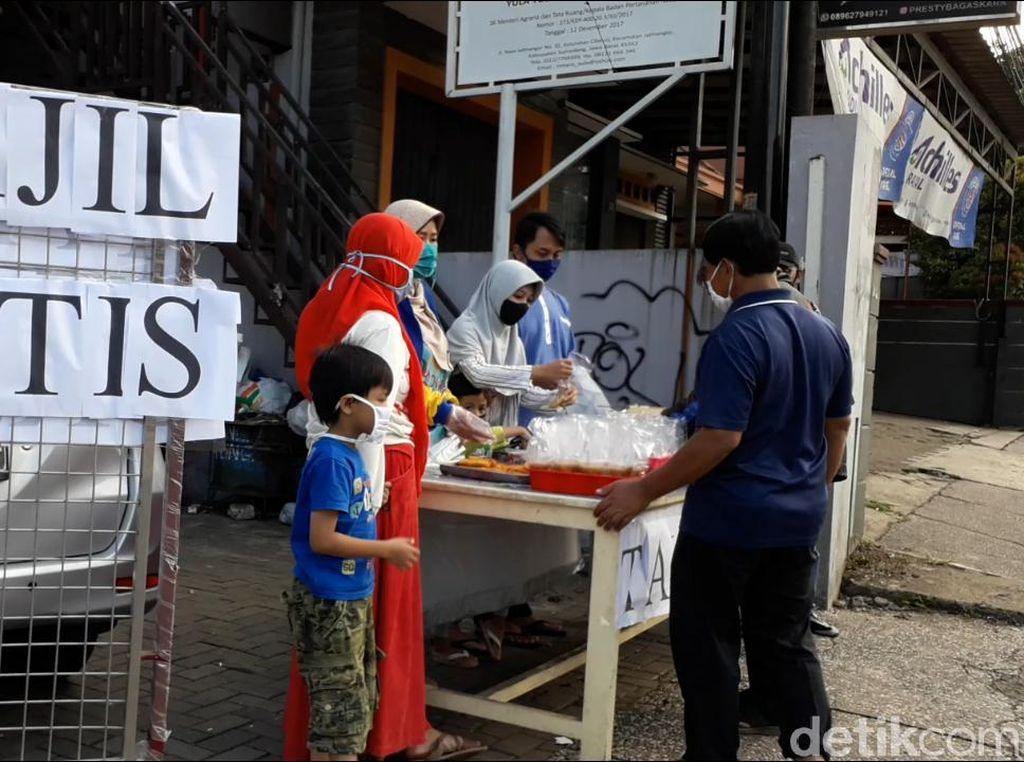 Pandemi Corona Tak Menyurutkan Warga untuk Berbagi Saat Ramadhan