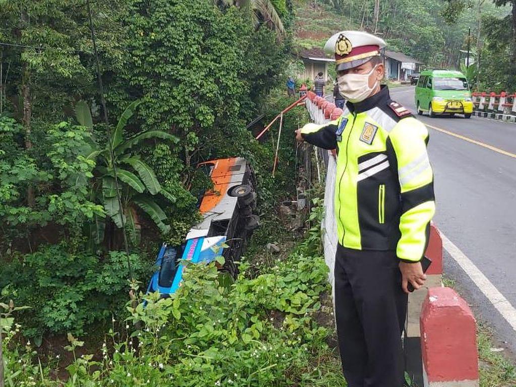 Hilang Kendali, Bus dari Jakarta Terjun ke Sungai di Banjarnegara