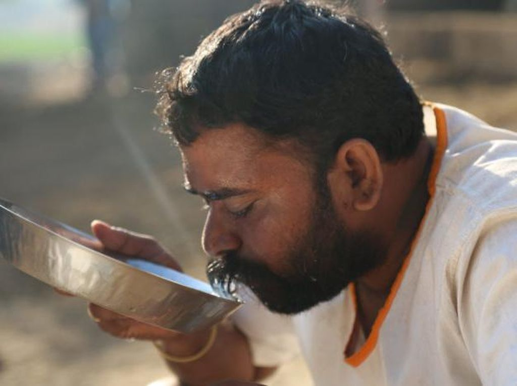 Dua Saudara Ini Rela Jual Tanah Demi Beri Makan Warga di Desanya
