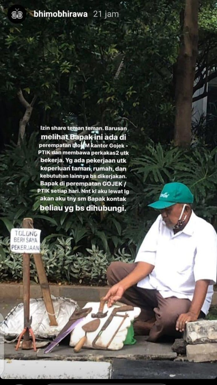 Terdampak Corona, Bapak Ini Duduk di Trotoar Blok M Minta Diberi Pekerjaan