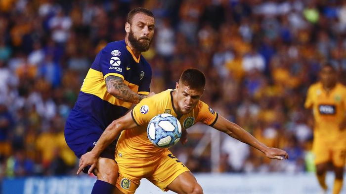 ROSARIO, ARGENTINA - DECEMBER 08: Leonardo Gil (R) of Rosario Central and Daniele De Rossi of Boca Juniors fight for the ball during a match between Rosario Central and Boca Juniors as part of Superliga 2019/20 at Gigante de Arroyito on December 8, 2019 in Rosario, Argentina. (Photo by Marcos Brindicci/Getty Images)