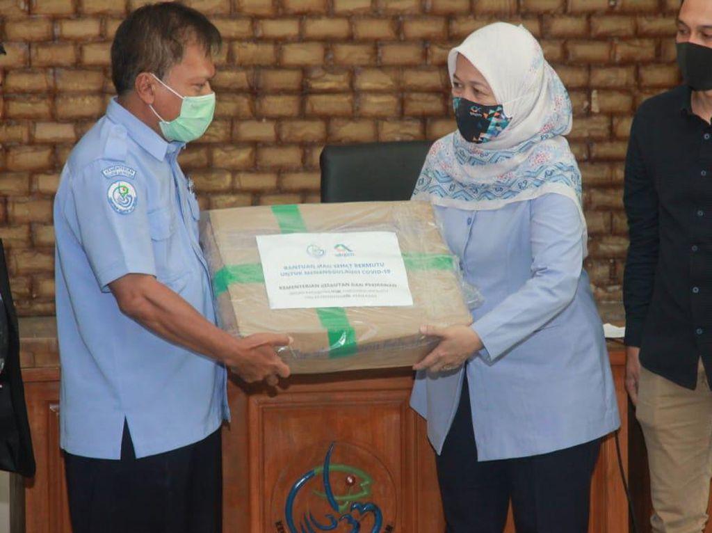 KKP Bagikan Ikan Segar buat Warga Terdampak COVID-19 di Sukabumi