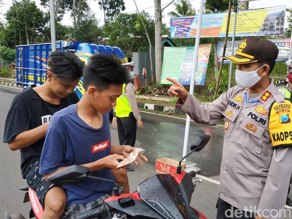 Tak Dapat Pemudik, Polisi Pacitan Cegat Pengguna Jalan Tak Bermasker