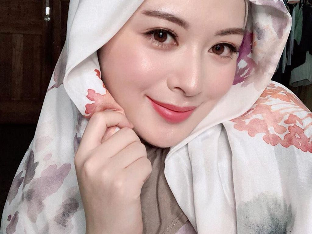 Cantiknya Ayana Moon, Hijabers Korea yang Laris Bintangi Iklan di Indonesia